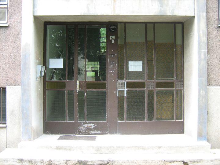 Az ajtók felszerelése magas épületben